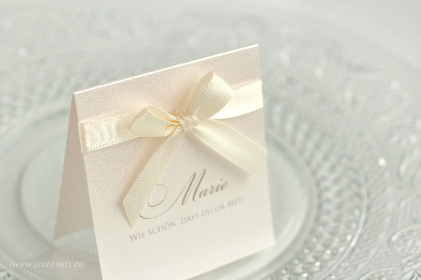 Elegante Tischkarte gekrönt mit einem Satinband