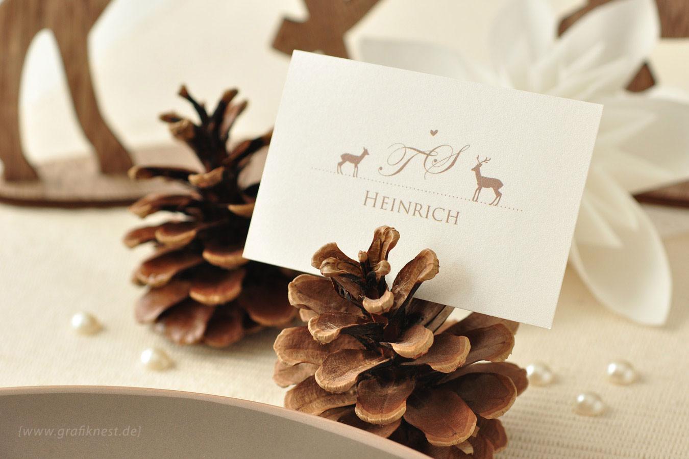 Wildromantische Tischkarte  im Stil einer Visitenkarte im Tannenzapfen festgesteckt