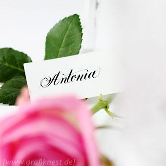 { Romantische Tischkarten-Kalligrafie mit Rosen im Kerzenschein }