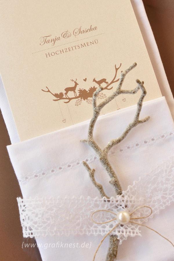 Wild romantische Menükarte im Servietten-Arrangement mit Spitze und Perle
