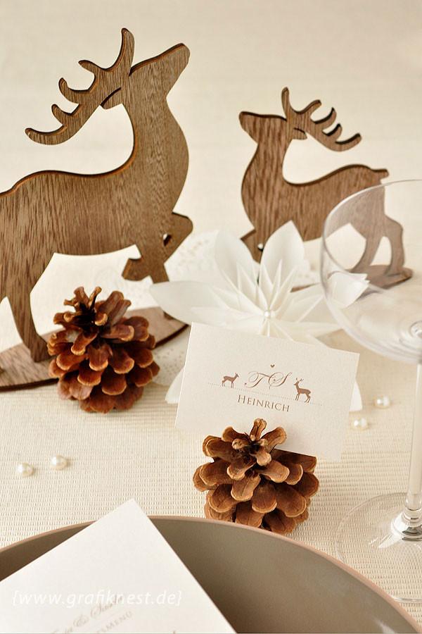 Wildromantische Tischkarte inneehalb der Dekoration mit Tannenzapfen