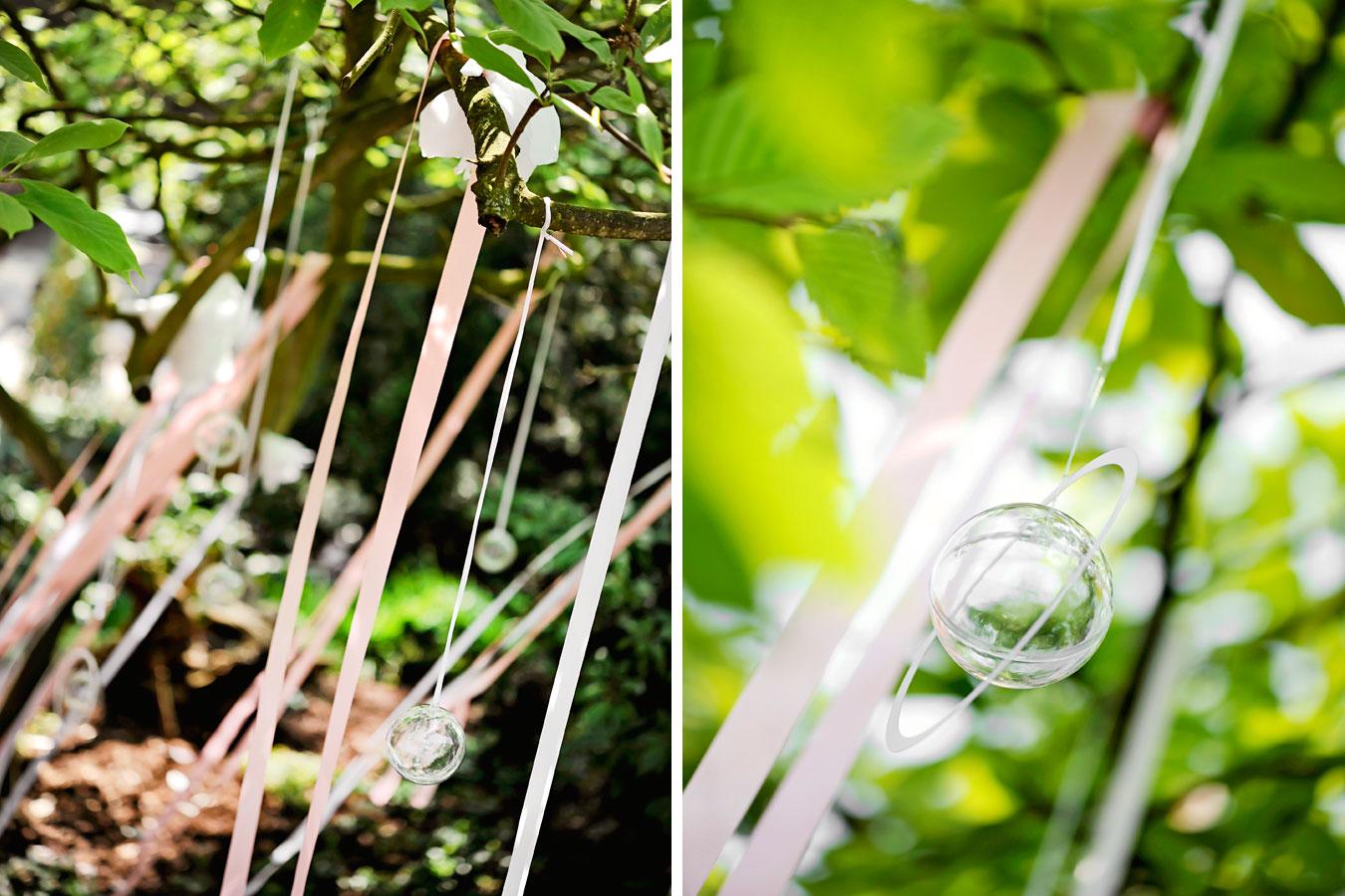Baumdeco aus Bändern uns Glaskugeln