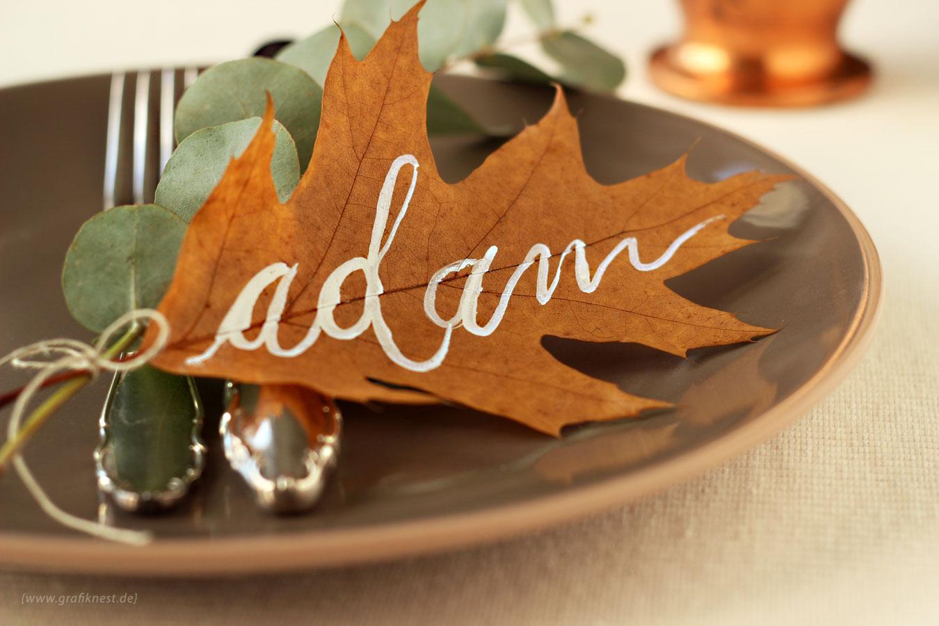 Herbstliche Tafel Inspiration mit Namen auf Laub