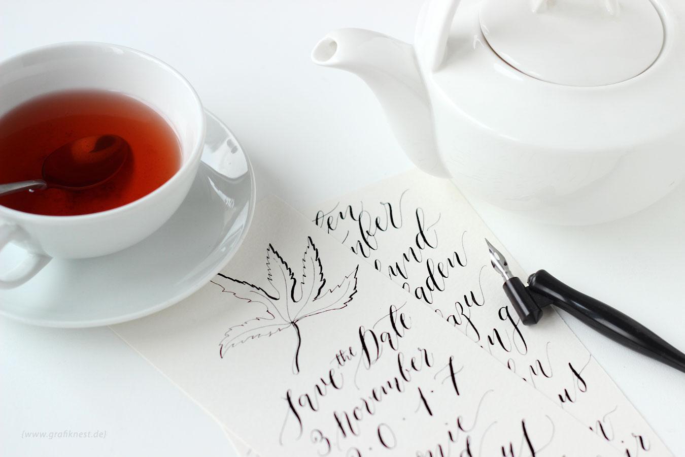 Kalligrafie Herbst Hochzeitspapetetie mit Teekanne und Tasse