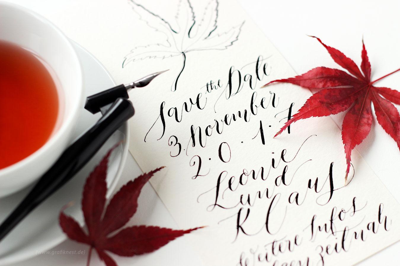 Kallgrafie Herbst Hochzeitspapeterie mit einer Tasse und einem Füller