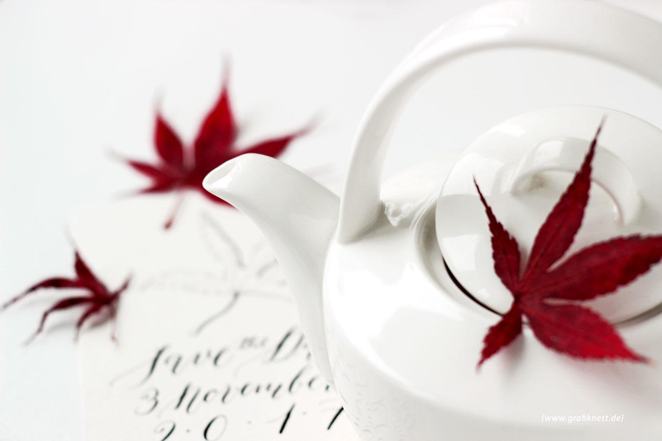 Kalligrafierte Herbst Save the Date mit Teekanne