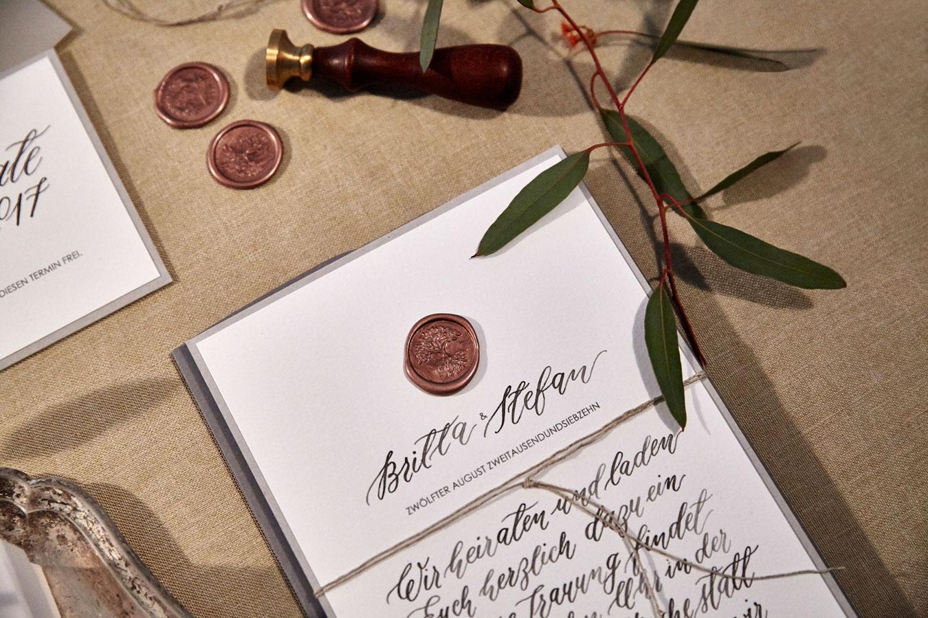 Kalligrafische Hochzeitseinladung mit Siegel