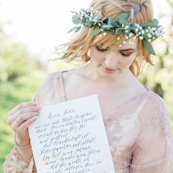 { Liebesbrief Kalligrafie - Boudoir Styledshoot in der Apfelblüte }