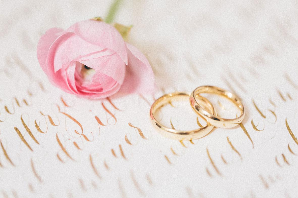 Moderne Kalligrafie mit Ringen