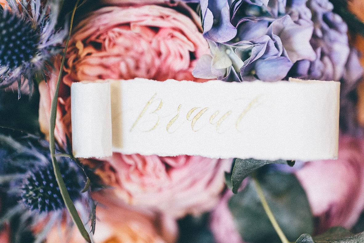 Moderne Kalligrafie Tischkarte auf Brautstrauss